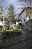 Oud woondistrict met smalle steeg en authentieke architectuur van grijswitte antiquiteit Varosha royalty-vrije stock foto