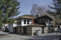 Oud woondistrict met smalle steeg en authentieke architectuur van grijswitte antiquiteit Varosha stock foto's