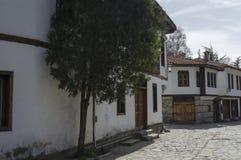 Oud woondistrict met smalle steeg en authentieke architectuur van grijswitte antiquiteit Varosha royalty-vrije stock foto's
