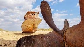 Oud wrak van boot op het zand in Aral overzees stock foto's