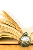 Oud zakhorloge en boek Stock Foto