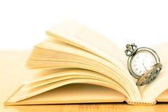 Oud zakhorloge en boek Royalty-vrije Stock Afbeeldingen