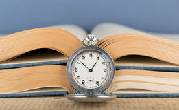 Oud zakhorloge en boek Stock Foto's