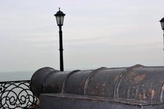 oud zeekanon op de waterkant royalty-vrije stock fotografie