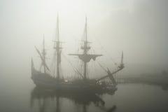 Oud zeilschip (Piraat?) in de mist Royalty-vrije Stock Afbeeldingen