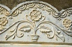 Oud zonovergoten bloemrijk muurornament royalty-vrije stock fotografie