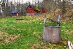 Oud Zweeds landbouwbedrijf in lentetijd Stock Foto