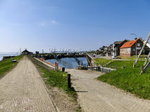 Ouddorp, los Países Bajos - 9 de abril de 2017: El pequeño puerto viejo scen Imágenes de archivo libres de regalías
