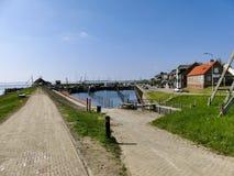 Ouddorp, Paesi Bassi - 9 aprile 2017: Il vecchio piccolo porto scen Immagini Stock Libere da Diritti