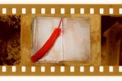 Oude 35mm frame foto met uitstekende boek en veer Royalty-vrije Stock Fotografie