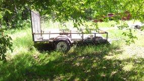 Oude Aanhangwagen in Werf stock fotografie