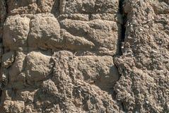 Oude aarden bakstenen muurtextuur op daglicht buiten stock afbeelding