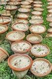 Oude aarden bloempot royalty-vrije stock afbeelding