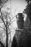 Oude aardewerkurn in openlucht stock fotografie
