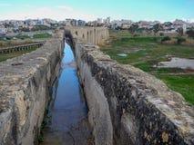 Oude abandonec aquaduct in larnaka stock foto