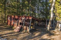 Oude achtervolgde griezelig desserted beschadigde hut in een wildernislandschap dat met witte inkt in aard tijdens de winter word stock afbeeldingen
