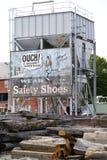 Oude Advertentie op Bouwwerf royalty-vrije stock foto's
