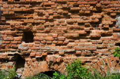 Oude afbrokkelende bakstenen muur Stock Afbeelding