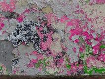 Oude, afbrokkelende muur met multi-colored verfplonsen Stock Foto's