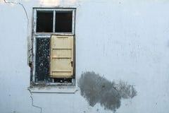 Oude airconditioner en oud venster Royalty-vrije Stock Fotografie