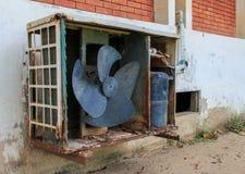 Oude airconditioner openluchteenheid Stock Afbeelding