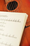 Oude akoestische gitaar Stock Afbeelding