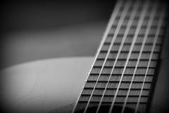 Oude akoestische gitaar met barsten op soundboard Rebecca 36 stock fotografie