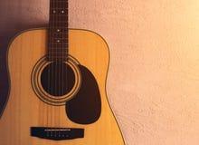 Oude akoestische gitaar op een zandige textuur zonlicht stock afbeelding