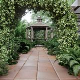 Oude alkoofmening met tropische tuin na de fotoachtergrond van het regenconcept royalty-vrije stock foto's