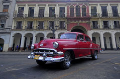 Oude Amerikaanse auto op het vierkant voor Capitolio, Havana Royalty-vrije Stock Foto