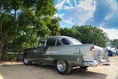 Oude Amerikaanse auto op strand in Trinidad Cuba Royalty-vrije Stock Foto