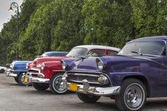 Oude Amerikaanse die auto's in Havana, Cuba worden geparkeerd Stock Afbeeldingen