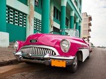 Oude Amerikaanse retro auto (50ste jaren van de laatste eeuw), een iconisch gezicht in de stad, op de Malecon-straat 27 Januari,  Stock Afbeelding