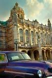Oude Amerikaanse violette auto in Havana stock afbeeldingen