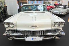 Oude amerrical klassieke auto - Retro Autozaal Stock Foto's