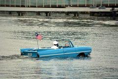 Oude amfibieauto met bestuurder Royalty-vrije Stock Afbeelding