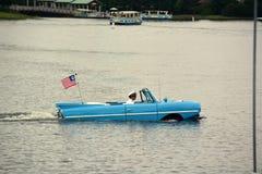 Oude amfibieauto met bestuurder en vlag royalty-vrije stock foto's
