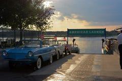 Oude amfibieauto's met vlaggen het parkeren stock afbeeldingen