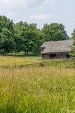Oude amishschuur op landbouwbedrijf stock fotografie