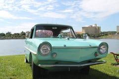 Oude Amphicar bij de auto toont Royalty-vrije Stock Afbeeldingen