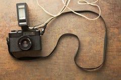 Oude analoge camera met flits Stock Foto