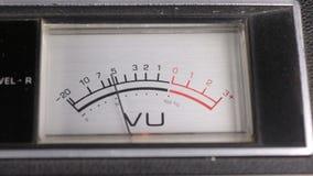 Oude analoge indicator Pijlindicator van opname en playbacksignaal stock video