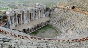 Oude antieke amfitheaterruïnes van Hierapolis stock afbeeldingen