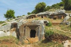 Oude antieke begrafenis in rotsen in Demre Turkije stock fotografie