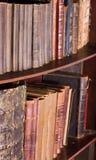 Oude antieke boeken bij boekhandel of bibliotheek Royalty-vrije Stock Afbeeldingen