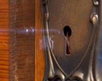 Oude antieke deur die mysteriously met a wordt geopend stock afbeelding
