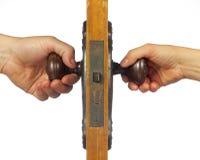 Oude antieke deur met zowel mannelijke als vrouwelijke handen. royalty-vrije stock fotografie