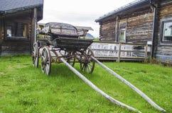 Oude antieke houten blokkenwagen met klassieke roestige ritfascilities in noordelijk Zweden royalty-vrije stock afbeelding