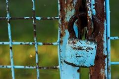 Oude antieke houten deur met aardige romantische ijzerkloppers Royalty-vrije Stock Fotografie