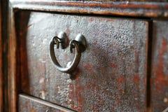Oude antieke lade op borstopmaker Stock Foto